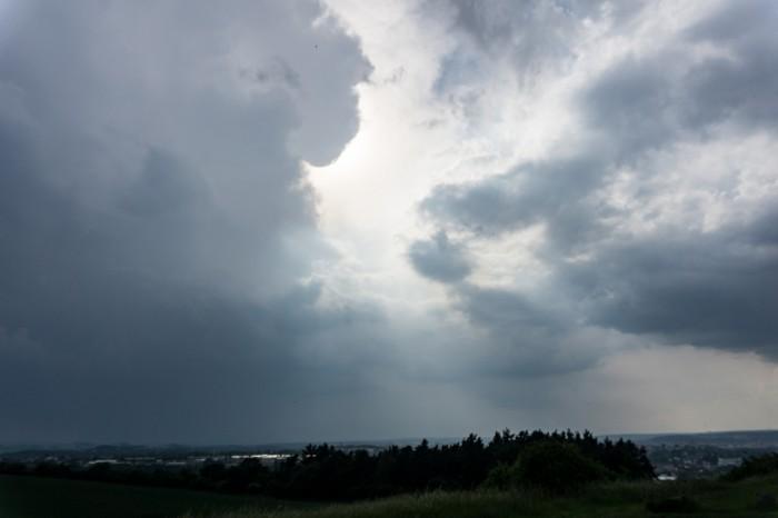 Mohutná cumulonimbus jihovýchodně - autor: Luboš Opalecký