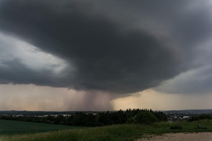 Silné bouřkové jádro prosvícené bleskem - autor: Luboš Opalecký