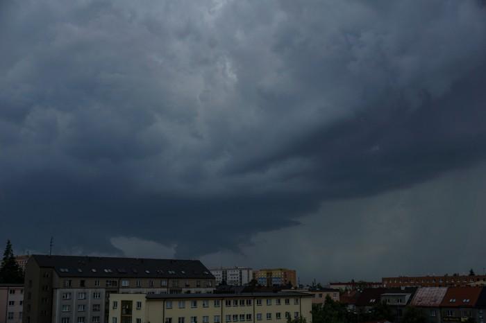 Vykreslující se bouřková struktura - autor: Luboš Opalecký