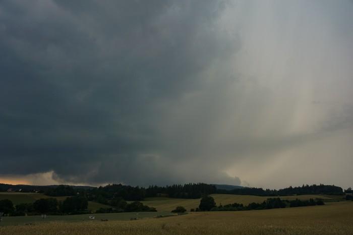Wall cloud, FFD, pseudoteplá fronta - autor: Luboš Opalecký