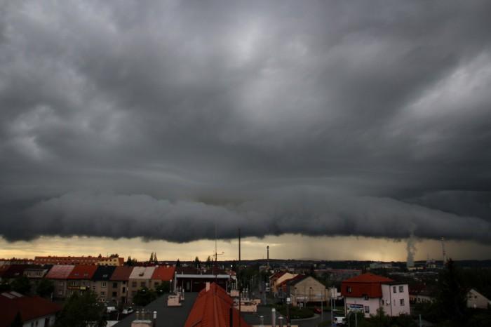 Výrazný shelfcloud na čele bouřky - autor: Luboš Opalecký