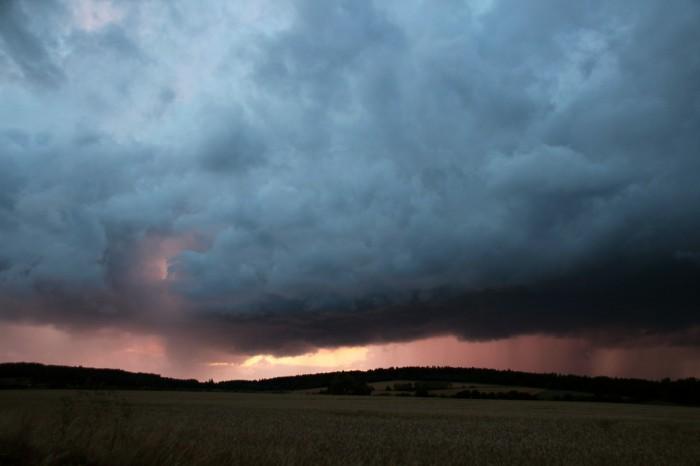 Zapadajícím Sluncem osvícená bouřka - autor: Luboš Opalecký