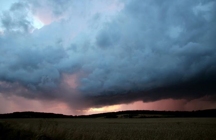 Zapadajícím Sluncem osvícená bouřka 2 - autor: Luboš Opalecký