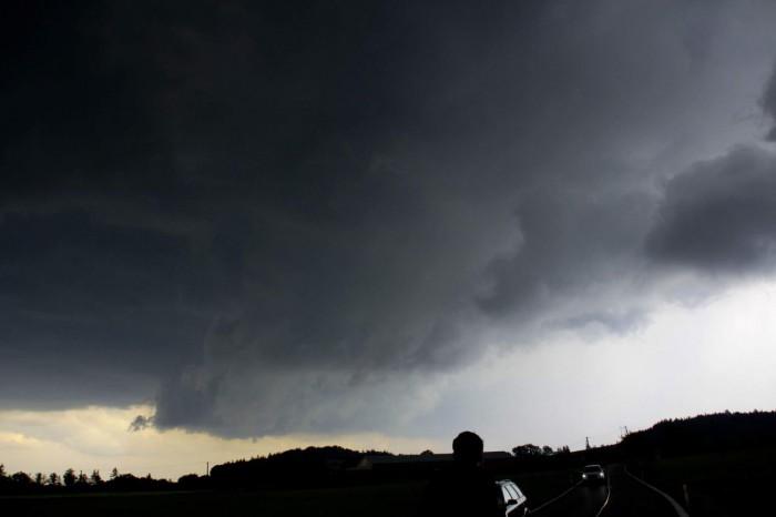 základna bouře, na pravo se silným krupobitím - autor: Luboš Opalecký