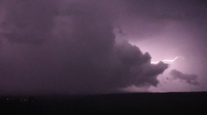 Blesk vykreslující oblačnou formaci - autor: Luboš Opalecký
