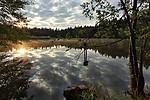 První sluneční paprsky nad rybníkem Kačerem - autor: