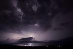 obloha osvícená nočními blesky - autor: