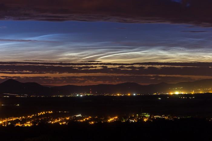 Výrazné večerní NLC nízko nad horizontem - autor: Dagmar Müllerová