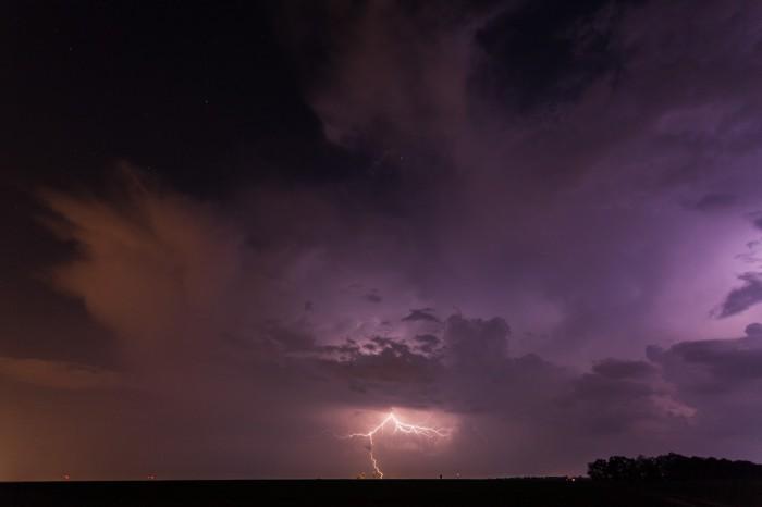 Noční blikající Cb se vzdáleným CG bleskem - autor: Dagmar Müllerová