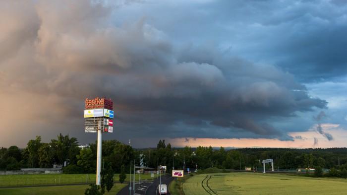 Shelf cloud při západu Slunce - autor: Dagmar Müllerová