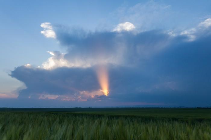 Kužel světla skrz mrak při západu Slunce - autor: Dagmar Müllerová