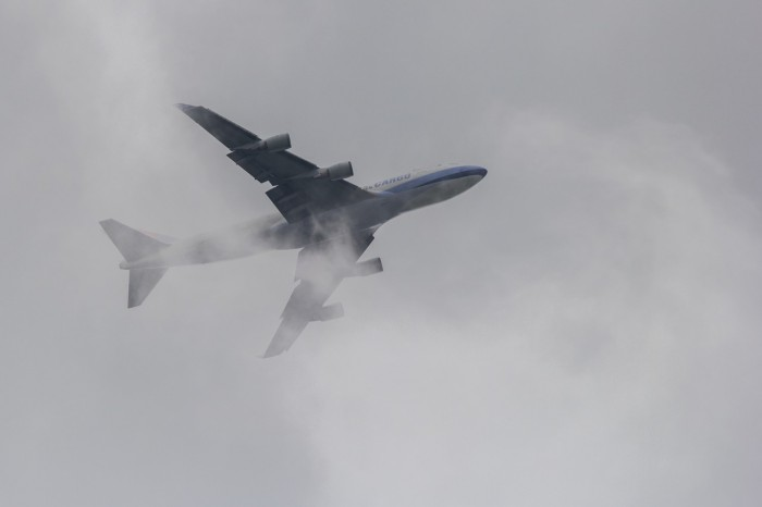 B747 Chinese Airlines cargo po vzletu nořící se do mraku - autor: Dagmar Müllerová