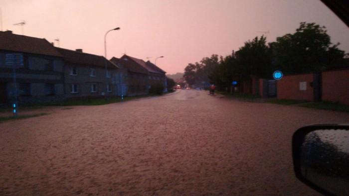 Zatopená ulice vNěmčicích nad Hanou  - autor: Lukáš Větříšek