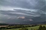 Čelo druhé bouře nad hřebeny Krušných hor zbočního pohledu - autor: Tomáš Chlíbec