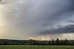 Přicházející bouřka a vzdálené srážkové pruhy - autor: Tomáš Chlíbec