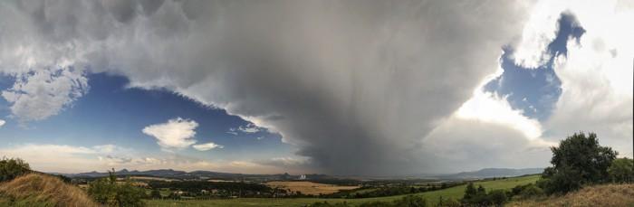 Panorama natažené kovadliny bouřky vzdálené 30km - autor: Tomáš Chlíbec