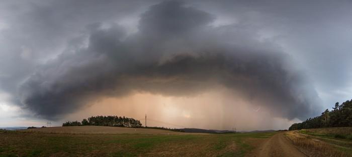 Čelo bouřky proti zapadajícímu slunci - autor: Tomáš Chlíbec