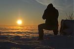 Tomáš lovící východ slunce při inverzi - autor: Luboš Tuháček