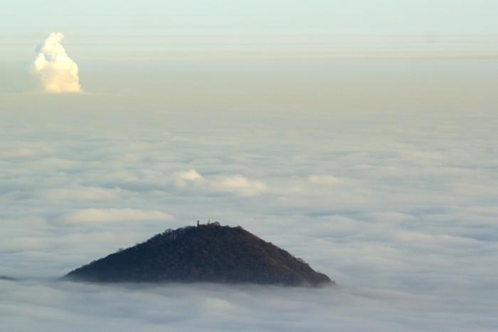 vrchol Lovoš během večerní inverze - autor: Luboš Tuháček