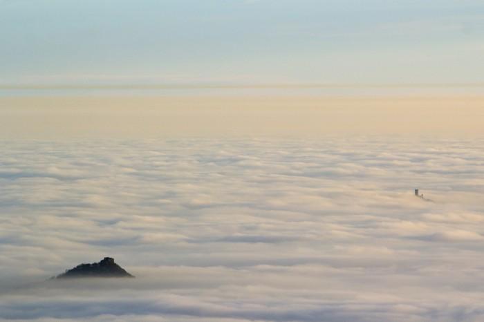 Košťálov a věž Hazmburku během inverze - autor: Luboš Tuháček