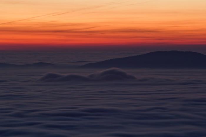 inverze svrcholem Hradišťany během východu Slunce - autor: Luboš Tuháček