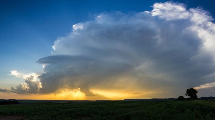 panorama velmi pěkně strukturované bouře - autor: Luboš Tuháček