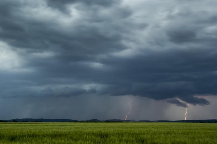 Blížící se bouře sCG blesky a vznikajícím shelfem - autor: Luboš Tuháček