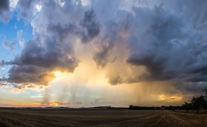 Panorama rozpadající se bouřky při západu - autor: Luboš Tuháček