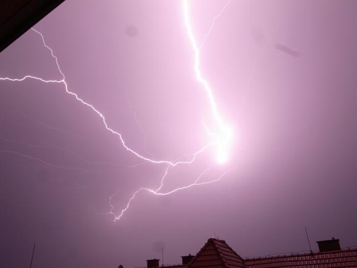 Blízký výboj blesku typu CC - autor: Štěpán Krejsek