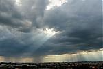 Bouřky zatím vdálce, vpopředí Tyndallův jev - autor: Jan Džugan