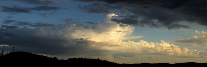 Nová, Sluncem osvětlená konvekce jižně - autor: Jan Džugan