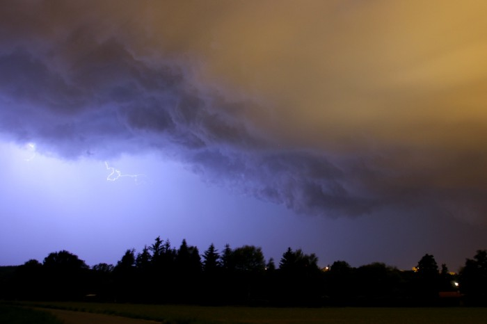 Turbulentní základna bouřky sbleskem - autor: Jan Džugan