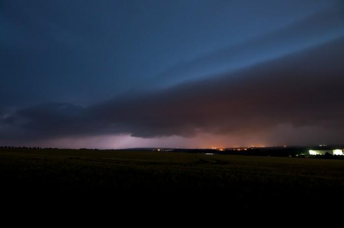Mohutný shelf cloud těsně před příchodem - autor: Jan Švarc