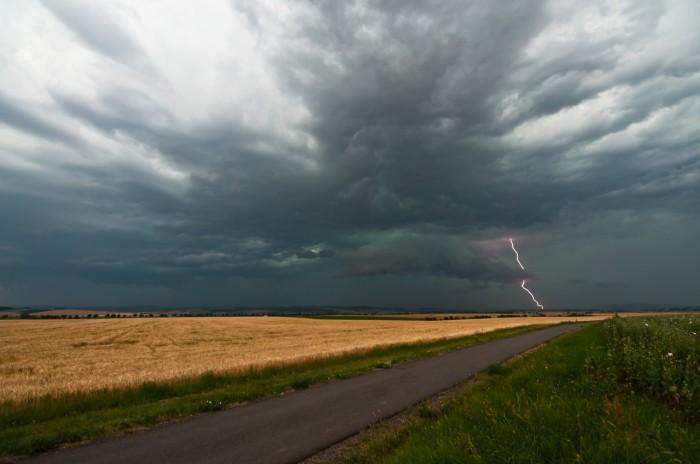 Přicházející wall cloud sCG výbojem - autor: Jan Švarc