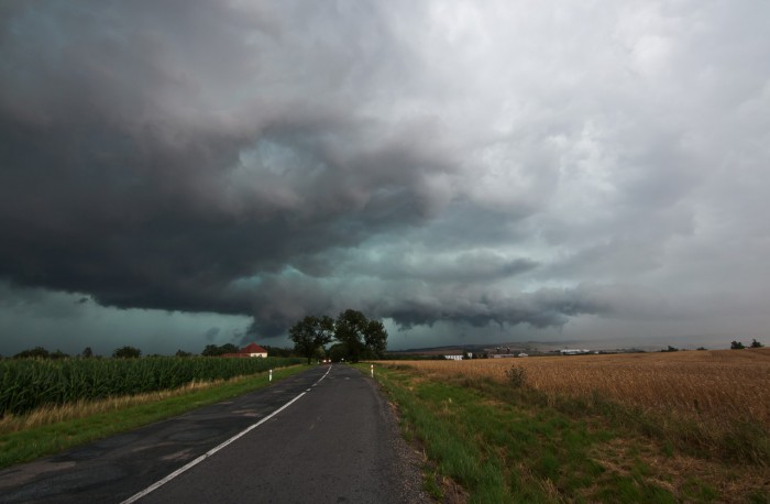 Wall cloud pohlcuje městečko - autor: Jan Švarc