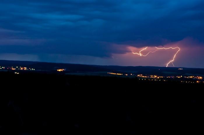 CG výboj ozařující strukturu bouře nad Křtinami - autor: Jan Švarc