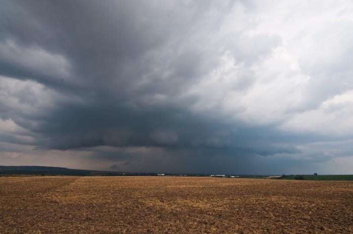 Přicházející shelf cloud od severu - autor: Jan Švarc