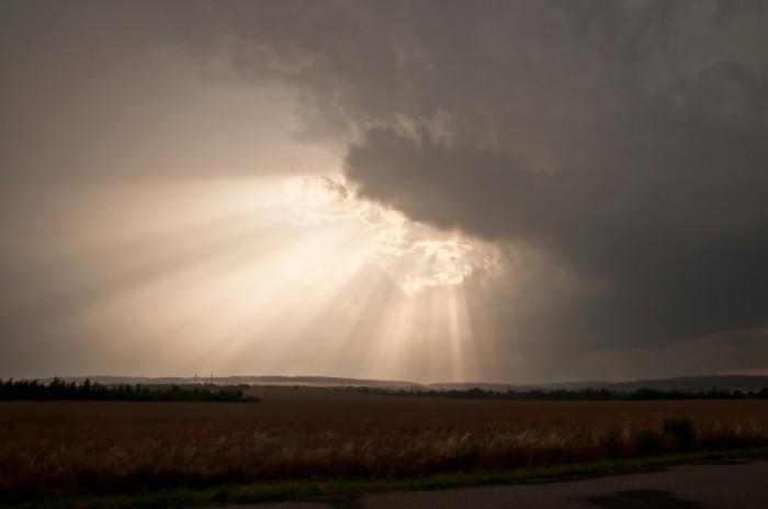 Probíjející se krepusky vtýlové části bouře - autor: Jan Švarc
