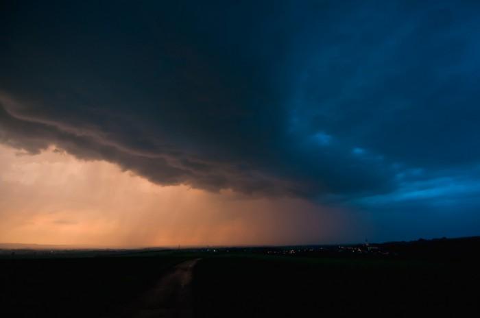 Blížící se shelf cloud vpozdním slunci - autor: Jan Švarc