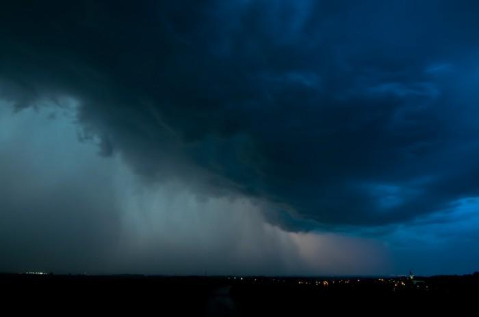 Nasvícená turbulentní oblačnost svýraznou srážkovou stěnou - autor: Jan Švarc