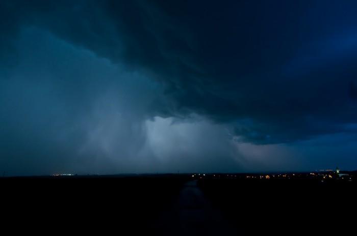 Nasvícená turbulentní oblačnost se srážkovou stěnou - autor: Jan Švarc