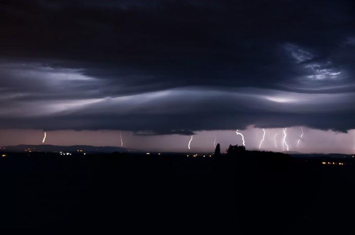 CG výboje na přicházejícím shelf cloudu II - autor: Jan Švarc