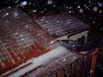 Padající kroupy a jejich vrstva na střeše - autor: Jiří Kalina