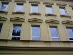 Asi zbytky listí nasekané na fasádě budovy - autor: Jiří Kalina
