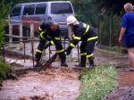 Hasiči odstraňují náplavy zpod mostku - autor: Tomáš Prouza