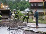 Hasiči provizorně opravují cestu - autor: Tomáš Prouza
