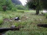 Nepořádek a polehlá tráva - stopy vodního přívalu - autor: Tomáš Prouza
